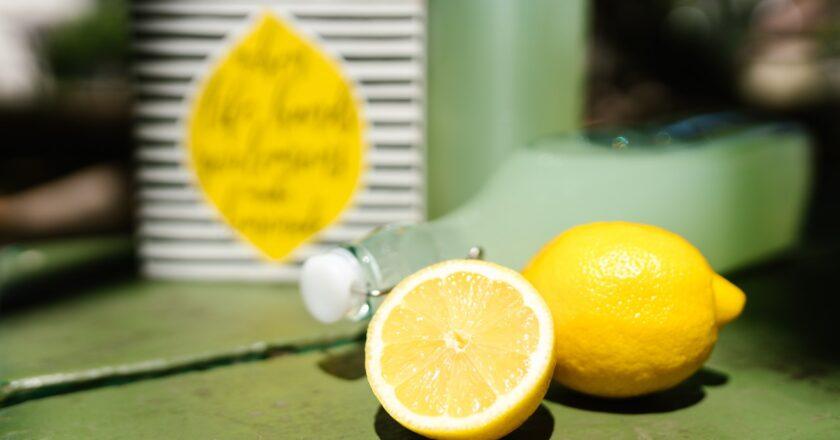 Hvad er forskellen på citron og lemon?